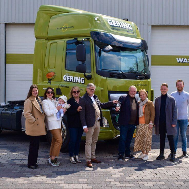 De aflevering van eenDAF truck bij internationaal meubeltransport Gering - Loven Trucks
